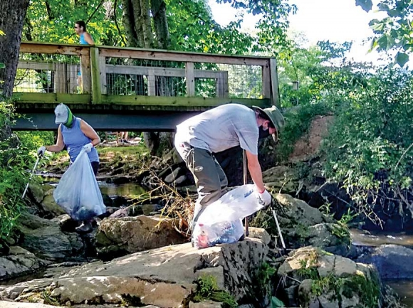 Jana Plemmons (left) and Les Taylor collect trash along Richland Creek and Shelton Branch. HWA photo